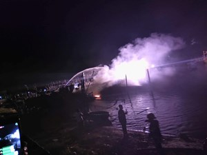 Tàu cá neo đậu tại âu thuyền bất ngờ bốc cháy lớn