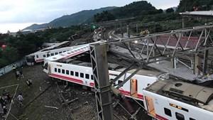 Tàu du lịch Đài Loan trật đường ray, ít nhất 18 người chết