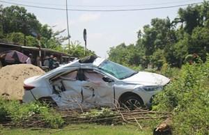 Tàu hàng tông mạnh xe ô tô, khiến 3 người bị thương nặng
