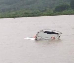 Taxi bị nước lũ cuốn trôi