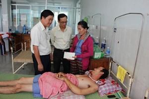 """Thaco - Quảng Nam hỗ trợ 10 triệu đồng cho trường hợp """"Thương tâm tai họa liên tiếp ập xuống một gia đình"""""""