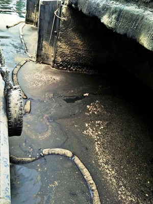 Thanh Hóa: Bất cẩn để dầu loang ra biển tại cảng Nghi Sơn