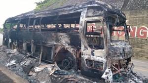 Xe khách BKS Lào cháy rụi trên đường mòn Hồ Chí Minh