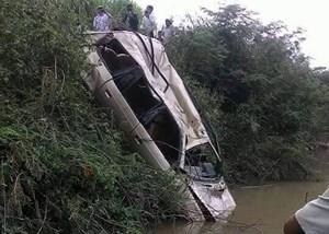 Thi thể người đàn ông cùng ôtô 7 chỗ dưới sông La Ngà
