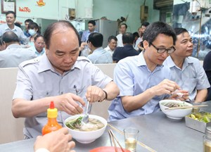 Thủ tướng bất ngờ ghé quán phở ăn sáng, kiểm tra... nồi nước dùng