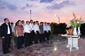 Thủ tướng dâng hương tưởng niệm các Anh hùng Liệt sĩ tại Phú Quốc