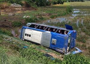 Thừa Thiên - Huế: Xe khách lao xuống ruộng