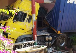 Thừa Thiên – Huế: Xe đầu kéo 'nằm vạ' 5 ngày trong nhà dân