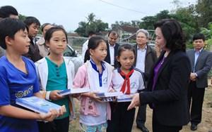 Thường trực Thành ủy Hà Nội thăm, tặng quà đồng bào bị mưa lũ