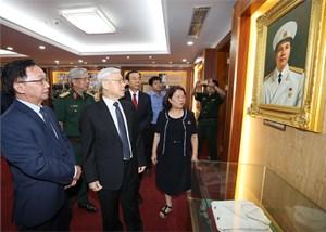 Tổng Bí thư Nguyễn Phú Trọng thắp hương tưởng niệm Đại tướng Nguyễn Chí Thanh