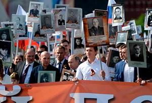 Tổng thống Putin tuần hành tưởng nhớ 'Trung đoàn Bất tử'