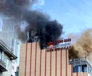 TP HCM: Cháy lớn tại tòa nhà cao tầng sát phố đi bộ Nguyễn Huệ