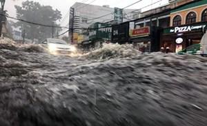 TP HCM: Mưa trái mùa, nhiều nơi ngập sâu