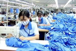Trả lương cơ bản thấp, lao động buộc phải làm thêm giờ
