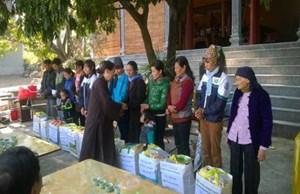 Trao 12 suất quà cho hộ nghèo xã Hồng Sơn, huyện Mỹ Đức
