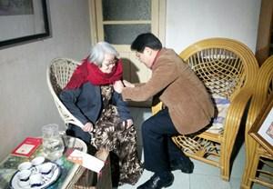Trao danh hiệu cho NSND Tuệ Minh
