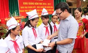 Trao học bổng cho học sinh nghèo hiếu học tại Hưng Yên