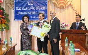 Trao Huân chương Hữu nghị cho Giáo sư Việt kiều Rene D. Esser