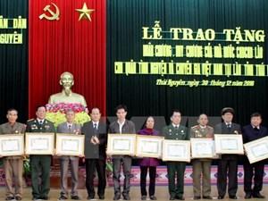 Trao huân, huy chương cho cựu chuyên gia, quân tình nguyện ở Lào