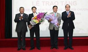 Trao Huy hiệu 30 năm tuổi Đảng cho hai đảng viên thuộc Đảng bộ Mặt trận TW