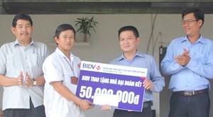 Trao nhà Đại đoàn kết cho 4 hộ nghèo ở huyện Sông Hinh