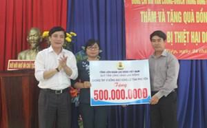 Trao tặng 500 triệu đồng giúp tỉnh Phú Yên khắc phục lũ lụt