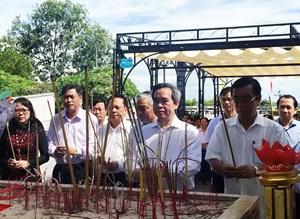 Trưởng ban Kinh tế Trung ương thắp hương tri ân liệt sỹ tại Quảng Trị