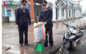 Truy bắt đối tượng vứt lại 43 kg thuốc nổ, bỏ trốn