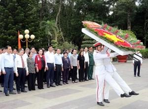 Chủ tịch Quốc hội tưởng niệm các anh hùng, liệt sỹ tại TP HCM