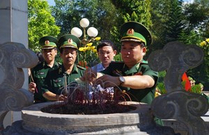 Tư lệnh BĐBP dâng hương tại Khu tưởng niệm các anh hùng liệt sĩ Pò Hèn