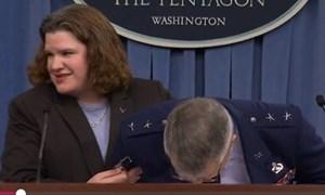 Tướng không quân Mỹ suýt ngất xỉu khi họp báo