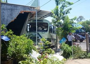 Va chạm xe tải, xe buýt tông sập tường nhà dân