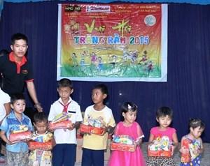 Văn phòng báo Đại Đoàn Kết tại Quảng Nam cùng nhà tài trợ trao tặng 200 suất quà cho các em thiếu nhi nghèo học giỏi