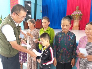 Văn phòng Báo Đại Đoàn Kết tại Quảng Nam phối hợp trao quà cho người nghèo