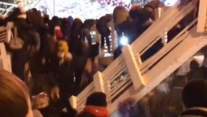 [VIDEO] Cây cầu gỗ bất ngờ đổ sập trong lễ đón năm mới ở Nga