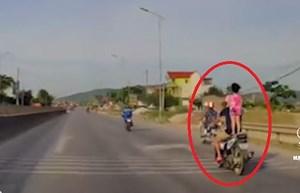 [VIDEO] Rùng mình cảnh bố để con gái đứng lên yên xe máy đi tốc độ cao
