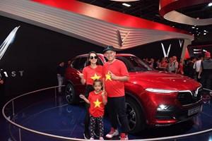 Việt kiều Châu Âu đổ về Paris chiêm ngưỡng xe VinFast