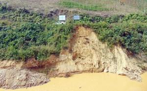 Vỡ đê quai chỉnh trị dòng sông A Vương
