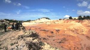Vỡ hồ chứa chất thải titan, hàng trăm mét khối cát tràn vào nhà dân