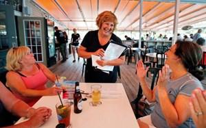 Vợ thống đốc làm bồi bàn để kiếm tiền mua ôtô mới