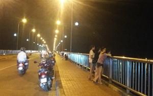 Vô tư dừng, đậu xe máy trên cầu Nhật Lệ