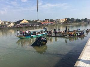 Vớt được 3 thi thể nạn nhân trong xe ô tô lao xuống sông