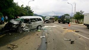 Vụ 2 ôtô đấu đầu khiến 9 người bị thương: Trời mưa, xe chạy sai làn đường