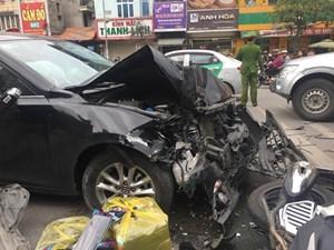 Xe 5 chỗ gây tai nạn liên hoàn ở Hà Nội, 3 người bị thương