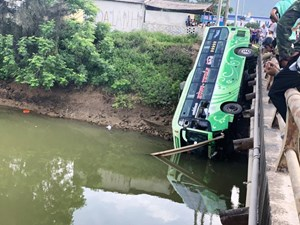 Xe khách bất ngờ lao xuống sông, nhiều hành khách thương vong