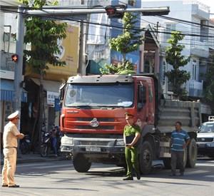 Xe ben tông người phụ nữ bán vé số dắt xe qua đường