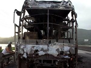 Xe chở 14 người cháy rụi trên cao tốc TP HCM-Trung Lương