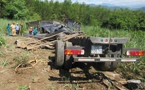Xe chở thép lao xuống ruộng, 3 người trên cabin bị đè chết
