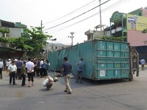 Xe container bị lật, 2 cán bộ trường Cao đẳng Sư phạm tỉnh Nam Định tử vong