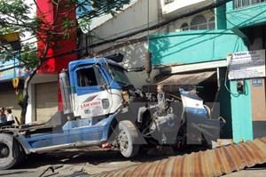 Xe container mất lái đâm xe máy rồi lao thẳng vào nhà dân